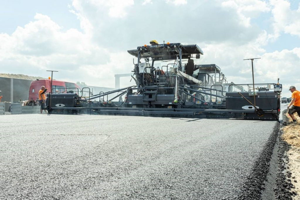 Current state of the art: the SB 300 and SB 350 Fixed-Width Screeds from VÖGELE integrate numerous innovations; among other things, these reduce set-up time and accelerate paving when pave widths vary.